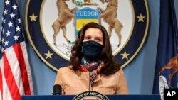 Thống đốc bang Michigan Gretchen Whitmer phát biểu kêu gọi người dân chấp hành các biện pháp hạn chế virus corona lây lan ở Lansing, Michigan, ngày 9 tháng 4, 2021.