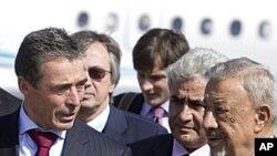 ທ່ານ Mohammed Dfeynas (ເບື້ອງຂວາ) ລັດຖະມົນຕີປ້ອງກັນ ປະເທດຊົ່ວຄາວຂອງລີເບຍ ຕ້ອນຮັບທ່ານ Anders Fogh Rasmussen ຫົວໜ້າກຸ່ມເນໂຕ້ທີ່ສະໜາມບິນລີເບຍໃນກຸງ Tripoli . ວັນທີ 31 ຕຸລາ 2011.