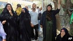 Les familles des nouveau-nés morts dans l'incendie se réunissent en dehors d'une salle de maternité à l'hôpital Yarmouk dans l'ouest de Bagdad, en Irak, le 10 août 2016.