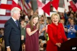 Ứng cử viên Đảng Dân chủ Hillary Clinton, cùng với chồng là cựu Tổng thống Bill Clinton và con gái của họ Chelsea Clinton, tại một buổi vận động tại Đại học Drake ở thành phố Des Moines, bang Iowa, ngày 1 tháng 2, 2016.