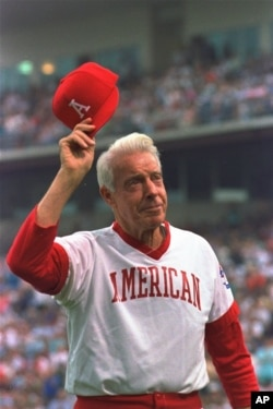 Joe DiMaggio thanks his fans