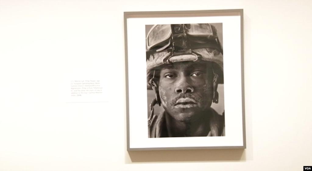 عکس هایی از «چهره جنگ» در موزه ملی پرتره / لویی پالو عکاس جنگ همراه با متصدی نمایشگاهش دوروتی ماس در موزه ملی پرتره آمریکا