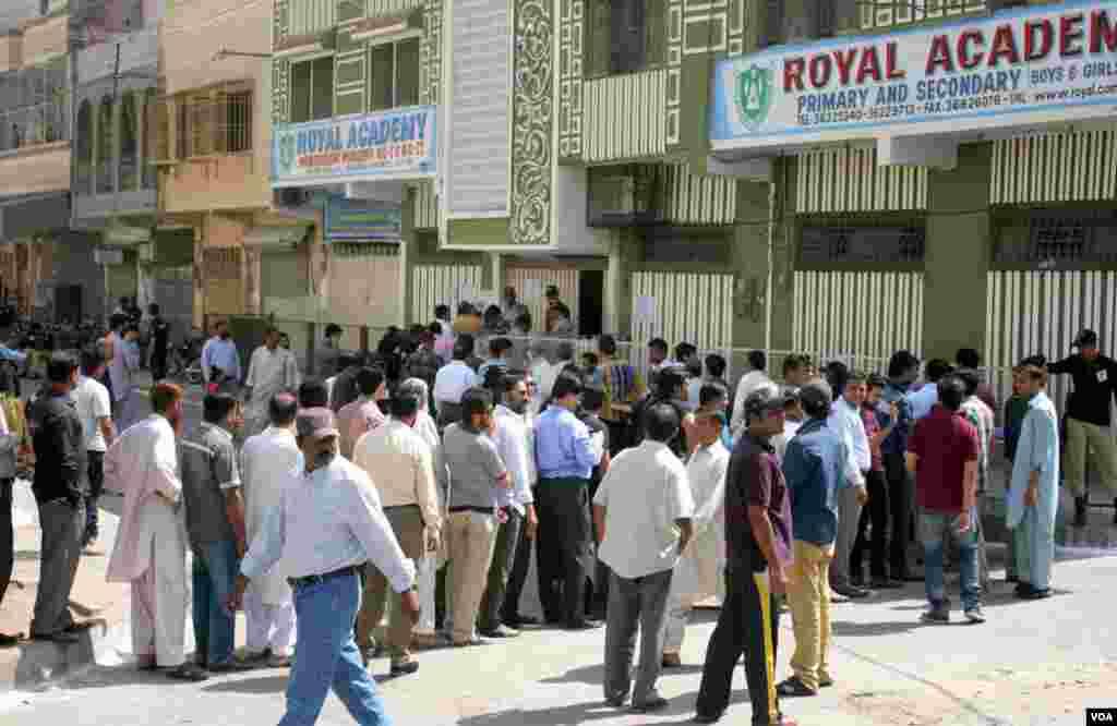 شریف آباد، کراچی کے ایک اسکول میں قائم پولنگ اسٹیشن کے باہر قطاروں میں کھڑے ووٹرز