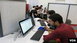 کراچی کے لنکن کارنر کا ایک منظر، نوجوانوں کا کہنا ہے یہاں کا موحول اسے دوسری لائبریریوں سے مختلف بناتاہے