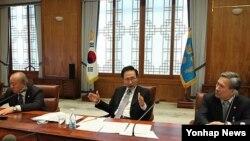 지난 4월 청와대에서 북한의 장거리 로켓 발사와 관련해 긴급 외교안보장관회의를 소집해 후속책을 논의하는 한국의 이명박 대통령(자료사진)