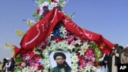 阿富汗官員和其他哀悼者出席遇刺的前塔利班官員、阿富汗高級和平理事會成員阿爾薩拉•拉馬尼的葬禮