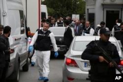 Турецкая полиция проводит обыск в резиденции консула Саудовской Аравии в Стамбуле, 17 октября 2018 года