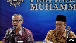 Ketua Umum PP Muhammadiyah Haedar Nashir (kiri) dan Ketua Majelis Tarjih Yunahar Ilyas ketika memberikan pengumunan Idul Adha 1436 H di Yogyakarta (18/9). (VOA/Munarsih Sahana)