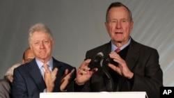 Cựu Tổng thống Bill Clinton (trái), và George H.W. Bush trong buổi gây quỹ Katrina tại trường đại học New Orleans tháng 12/ 2005.
