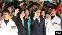 民进党主席暨总统候选人蔡英文和副手陈建仁11月27日完成参选登记(美国之音李逸华拍摄)