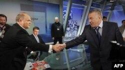 Lider Komunističke partije, predsednički kandidat Genadij Zjuganov rukuje se sa vodjom ultranacionalista, takodje predsedničkim kandidatom, Vladimirom Žirinovskim pre TV duela u Moskvi.