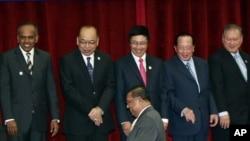 東盟十國的外長在柬埔寨高峰會議前合照