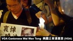 香港市民點燃燭光冒雨遊行 (美國之音湯惠芸)