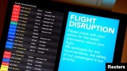 Bảng điện tử thông báo các chuyến bay bị gián đoạn tại sân bay Gatwick sau khi nó mở cửa trở lại sau khi bị đóng cửa vì hoạt động của máy bay drone, ở Gatwick, Anh, ngày 21 tháng 12, 2018.