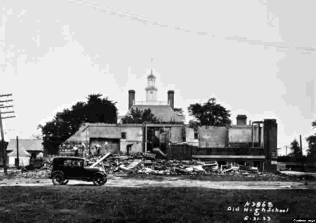 در دهه ۱۹۳۰ میلادی، برای بازسازی کاخ فرماندار یک مدرسه را تخریب کردند.