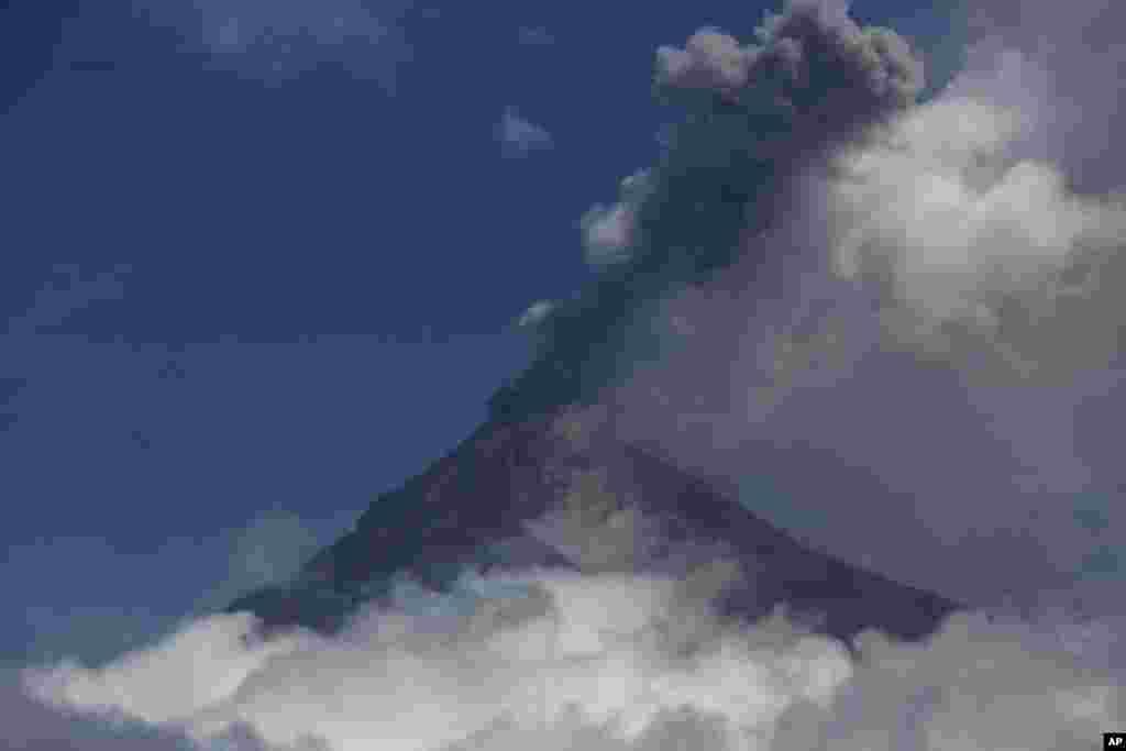 دود سیاه و خاکستر برآمده ناشی از فعالیت آتشفشان فوئگو در گواتمالا