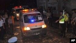 Ambulans yang membawa jenazah terpidana narkoba yang dihukum mati meninggalkan Pulau Nusa Kambangan tempat eksekusi berlangsung (18/1). (AP/Wagino)