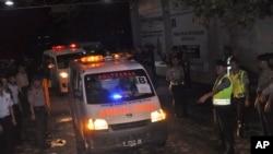 Ambulans membawa mayat warga Belanda Ang Kiem Soe, dan warga Brazil Marco Moreira, meninggalkan pulau Nusakambangan tempat hukuman mati mereka dilakukan, di pelabuhan Wijayapura, Cilacap, Jawa Tengah, Indonesia, 18 Januari 2015