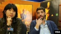《酥油灯》导演胡伟和法国制片费雷(美国之音国符拍摄)