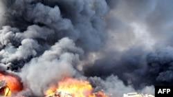 پس از دو انفجار روز ۲۱ ارديبهشت ماه در دمشق، دود و آتش از اتومبيل ها برخاست.