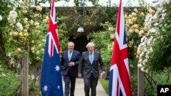 PM Inggris Boris Johnson (kanan) bersamPM Australia Scott Morrison seusai pertemuan di 10 Downing Street, London, 15 Juni 2021. (Dominic Lipinski/Pool Photo via AP)
