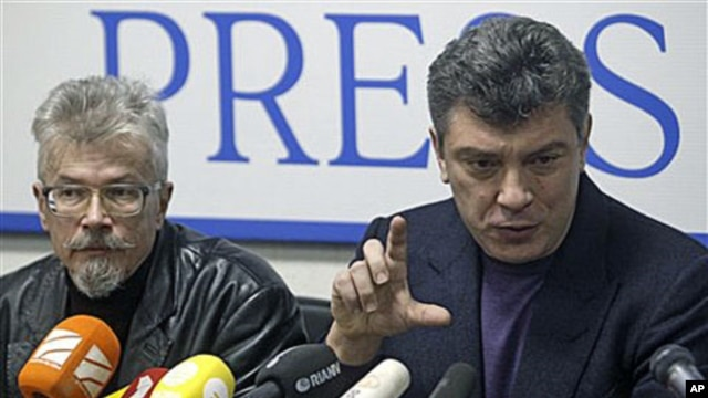 Russian opposition leaders Boris Nemtsov, right, and Eduard Limonov, face the media in Moscow after they were released from detention, Jan 17, 2011