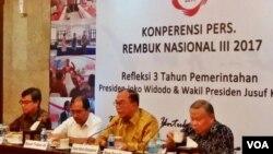 Ketua Dewan Pengarah 'Rembuk Nasional 2017', Sidarto Danusubroto (kedua dari kanan) dalam jumpa pers di kantornya di Jakarta, Senin (18/9). (Foto: VOA/Fathiyah)