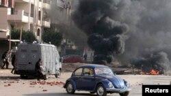 8일 이집트 나스르 시에서 무함마드 무르시 전 대통령의 지지자들이 경찰과 충돌한 가운데 연기가 치솟고 있다.