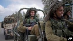 17일 이스라엘 군대가 가자지구 인근에서 군용차로 이동하고 있다.