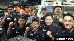 문재인 한국 대통령이 3일 경남 진해 해군기지에 있는 잠수함 사령부를 방문해 군 관계자를과 단체사진을 촬영했다.