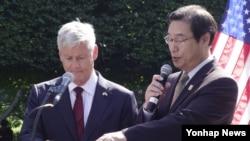 25일 워싱턴 DC 한국전쟁 기념공원에서 월터 샤프 전 주한미군 사령관과 김동기 워싱턴 주재 한국 총영사가 카투사 전사자 이름을 호명하고 있다.