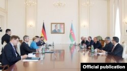 Angela Merkel ve İlham Aliyev iki ülke arasındaki heyetler arası görüşmelerde