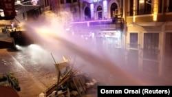 Cảnh sát chống bạo động dùng vòi rồng giải tán những người biểu tình chống chính phủ ở Taksim, trung tâm Istanbul, 20/7/2013