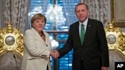 德國總理默克爾(左)星期日﹐在伊斯坦布爾與土耳其總統埃爾多安(右)舉行了會談。