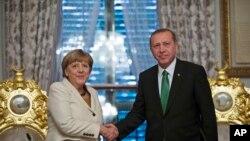 Le président turc Recep Tayyip Erdogan et la chancelière allemande Angela Merkel à Istanbul le 18 octobre 2015. (Photo AP)