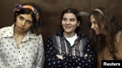 3 ca sĩ ban Pussy Riot (từ trái) Nadezhda Tolokonnikova, Yekaterina Samutsevich, và Maria Alyokhina, ra tòa ở Moscow hôm 3/8/12