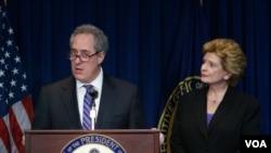 2014年5月23日,美国贸易代表弗罗曼(图左)和参议员斯戴比诺与媒体见面。(美国之音赵江拍摄)