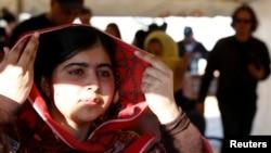 Nobel mukofoti sovrindori Malala Yusufzoy 2012-yil, 12 yoshida Svot vodiysida uyiga ketayotib boshidan o'q yegan edi.