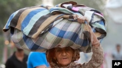 Mulher indiana procurando refúgio