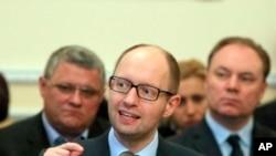 11일 동부 지도자들과의 만남에서 연설하는 아르세니 야체뉴크 우크라이나 총리