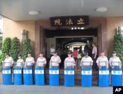 台湾警察出动保卫立法院