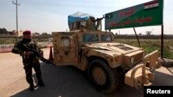 ທະຫານອີຣັກຢືນຍາມ ຢູ່ທາງເຂົ້າໜ່ວຍປະຕິບັດງານ ເພື່ອປົດປ່ອຍເມືອງ Mosul ທີ່ຄ້າຍ Makhmour.