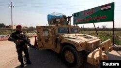 지난 13일 이라크 군인이 모술 남부 마크무르 기지 입구를 지키고 있다. (자료사진)
