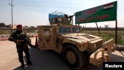 Soldados iraquíes montan guardia en una aldea al sur de Mosul.