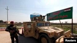 Binh sĩ Iraq canh gác tại lối vào trung tâm chỉ huy Makhmour ở phía nam Mosul, ngày 13/3/2016.