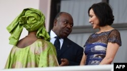 Le président du Gabon, Ali Bongo Ondimba (à gauche), parle à son épouse, Sylvia Bongo Ondimba, lors d'un match de football de la Coupe d'Afrique des Nations 2017 au Stade de l'Amitie Sino-Gabonaise à Libreville, le 14 janvier 2017.