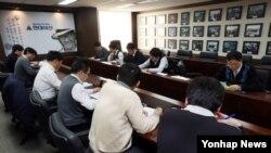대한적십자사와 현대아산 실무진이 7일 방북해 이산가족 상봉을 위한 시설점검에 착수한 가운데, 6일 서울 현대아산 사무실에서 관계자들이 관련 회의를 하고 있다.