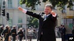 6月7日,乌克兰总统波罗申科在基辅索非亚广场总统就职仪式上向民众打招呼。(资料照片)