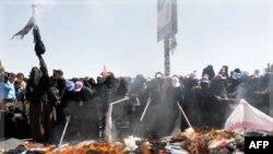 Phụ nữ đốt mạng che mặt trong cuộc biểu tình đòi Tổng thống Yemen từ chức tại Sanaa, ngày 26/10/2011