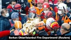 Tim SAR mengangkat Elif Perincek, penyintas berusia tiga tahun, keluar dari gedung yang runtuh akibat gempa bumi di kota pelabuhan Aegean, Izmir, Turki 2 November 2020. (Serkan Oktar / Pemadam Kebakaran Istanbul / Handout via REUTERS)